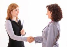 Due donne danno la stretta di mano dopo accordo Immagini Stock Libere da Diritti