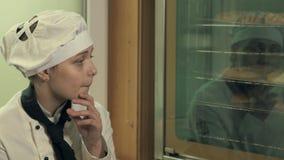 Due donne del cuoco divertendosi in una cucina stock footage