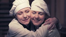 Due donne del cuoco divertendosi in una cucina archivi video