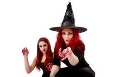 Due donne delle testarosse con la scena sanguinosa di Halloween delle mani Fotografie Stock Libere da Diritti