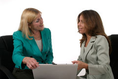 Due donne di affari che lavorano al computer portatile 2 Immagini Stock Libere da Diritti