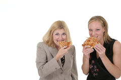 Due donne di affari che mangiano pizza Immagine Stock