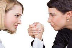 Due donne di affari esaminano gli occhi di ciascuno Fotografie Stock Libere da Diritti