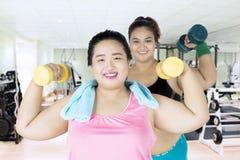 Due donne di peso eccessivo alla palestra Immagine Stock