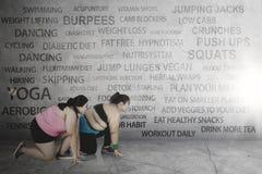 Due donne di peso eccessivo che si inginocchiano insieme Fotografie Stock Libere da Diritti