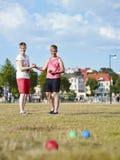 Due donne e giochi del petanque Immagini Stock