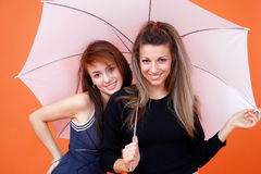 Due donne e un ombrello bianco 2 fotografie stock libere da diritti