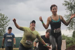 Due donne emergono da Muddy Water Fotografie Stock