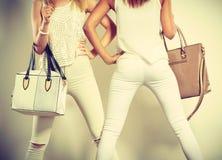 Due donne esili dentro con le borse delle borse di cuoio Fotografia Stock Libera da Diritti