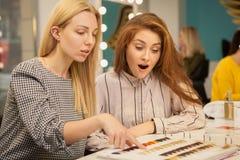 Due donne felici che godono del giorno al salone di capelli fotografie stock libere da diritti