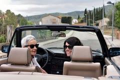 Due donne felici con il convertibile immagini stock libere da diritti