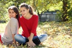 Due donne felici su sfondo naturale immagine stock