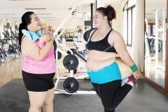 Due donne grasse che fanno insieme un allungamento Fotografia Stock