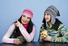 Due donne indicano ed osservando in su Fotografia Stock Libera da Diritti