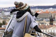 Due donne irriconoscibili esaminano la città di Praga dalla collina Immagini Stock Libere da Diritti