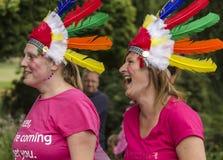Due donne nella risata del copricapo Fotografia Stock Libera da Diritti