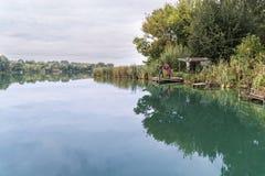 Due donne prendono le immagini di un lago Fotografia Stock Libera da Diritti