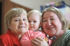 Due donne senior - nonne con il todler della neonata Fotografie Stock