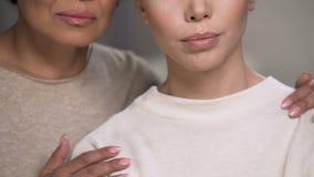 Due donne si sostengono dopo che perdita di persona vicina, dolore sormontato tentativo stock footage