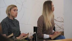 Due donne stanno preparando ascoltare e registrare la conferenza stock footage