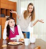 Due donne tristi che hanno conflitto Fotografia Stock