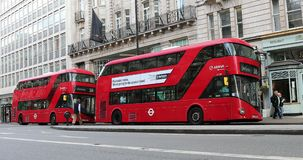 Due doppio Decker Bus In London rosso video d archivio