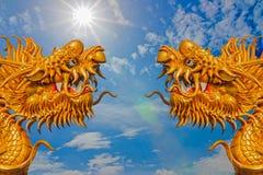 Due draghi con un fondo del cielo Immagine Stock