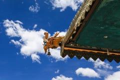 Due draghi; in primo luogo sul tetto e sul secondo nel cielo immagine stock