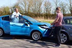 Due driver che discutono dopo l'incidente di traffico Fotografie Stock Libere da Diritti