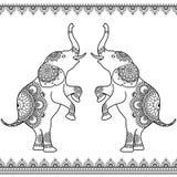 Due elefanti che stanno su con la linea senza cuciture confini del pizzo nello stile indiano del hennè di mehndi etnico Fotografie Stock