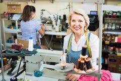 Due età differenti dei sarti delle donne che lavorano con le macchine per cucire Immagine Stock Libera da Diritti