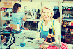 Due età differenti dei sarti delle donne che lavorano con le macchine per cucire Fotografie Stock
