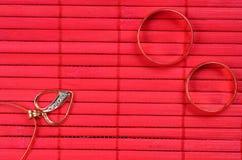 Due fedi nuziali dell'oro e cuori dell'oro Fotografie Stock