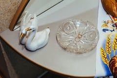 Due fedi nuziali dell'oro sul piatto a cristallo Fotografia Stock Libera da Diritti