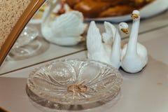 Due fedi nuziali dell'oro sul piatto a cristallo Immagini Stock