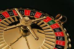 Due fedi nuziali dell'oro sulla ruota di roulette Fotografia Stock