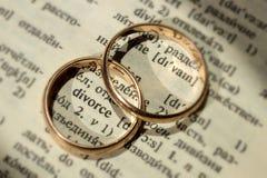 Due fedi nuziali separate accanto al ` di divorzio del ` di parola fotografia stock libera da diritti