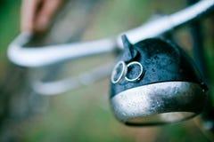 Due fedi nuziali sulla luce della bicicletta d'annata Cerimonia nuziale piovosa immagine stock libera da diritti