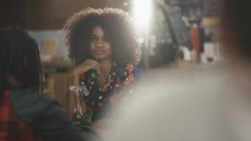 Due femmine africane eleganti notevoli che mangiano caffè nel caffè stock footage