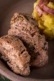 Due fette di filetto di carne di maiale sul piatto dell'argilla Immagini Stock Libere da Diritti