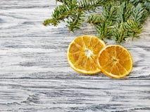 Due fette e primi piani arancio del ramo del pino fotografia stock