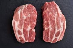 Due fette senz'ossa crude fresche di estremità della spalla di maiale fotografia stock libera da diritti