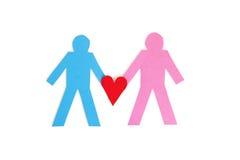 Due figure del bastone che tengono un cuore di carta rosso sopra fondo bianco Immagine Stock