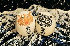 Due figure di pietra giapponesi con i geroglifici Fotografie Stock Libere da Diritti