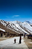 Due figure di un villaggio tibetano del sud a distanza Fotografie Stock Libere da Diritti