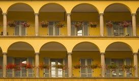 Due file dei portici urbani gialli Fotografie Stock Libere da Diritti