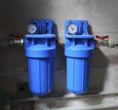 Due filtri blu dall'acqua con il metro di pressione Fotografie Stock Libere da Diritti