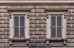 Due finestre con gli otturatori chiusi Fotografia Stock