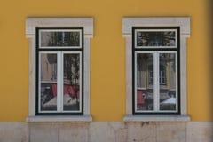 Due finestre e una facciata gialla Immagine Stock