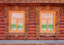 Due finestre intagliate di vecchia casa di legno immagine stock